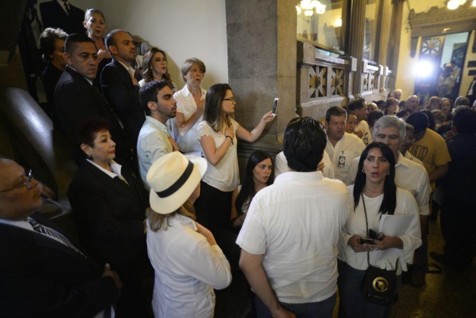 Varios de los manifestantes no pudieron entrar al palco del Congreso. (Foto: Wilder López/Soy502)