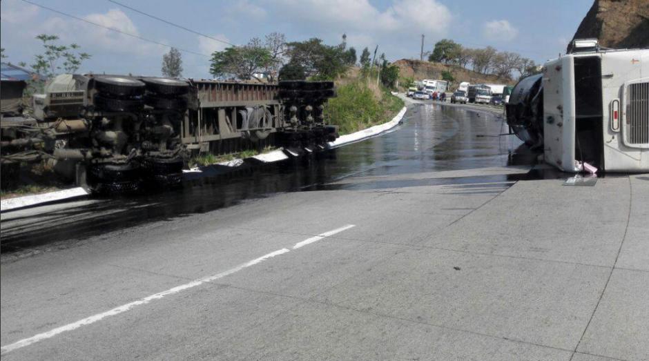 Los camiones bloquean uno de los carriles en la ruta al Atlántico. (Foto: Bomberos Voluntarios)