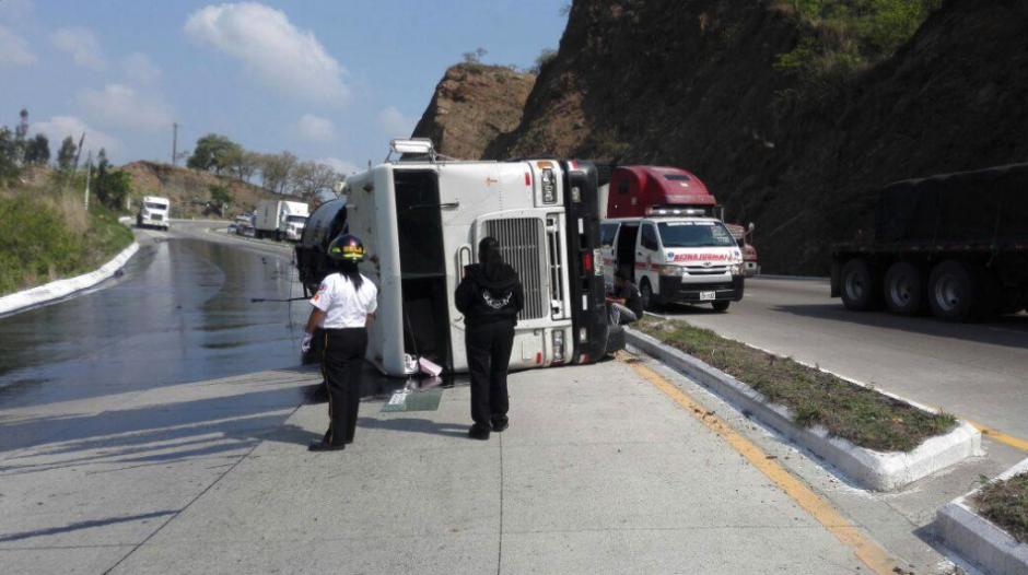 El paso de los cuerpos de socorro bloquea la ruta de ingreso a la ciudad. (Foto: Bomberos Voluntarios)