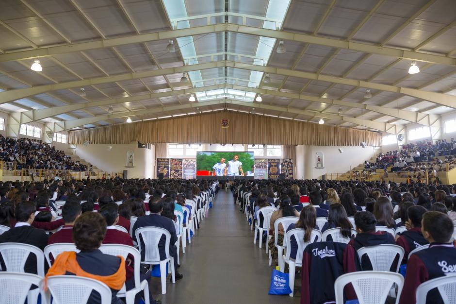 El gimnasio del Sagrado Corazón fue abarrotado por jóvenes deseosos por aprender. (Foto: George Rojas/Soy502)