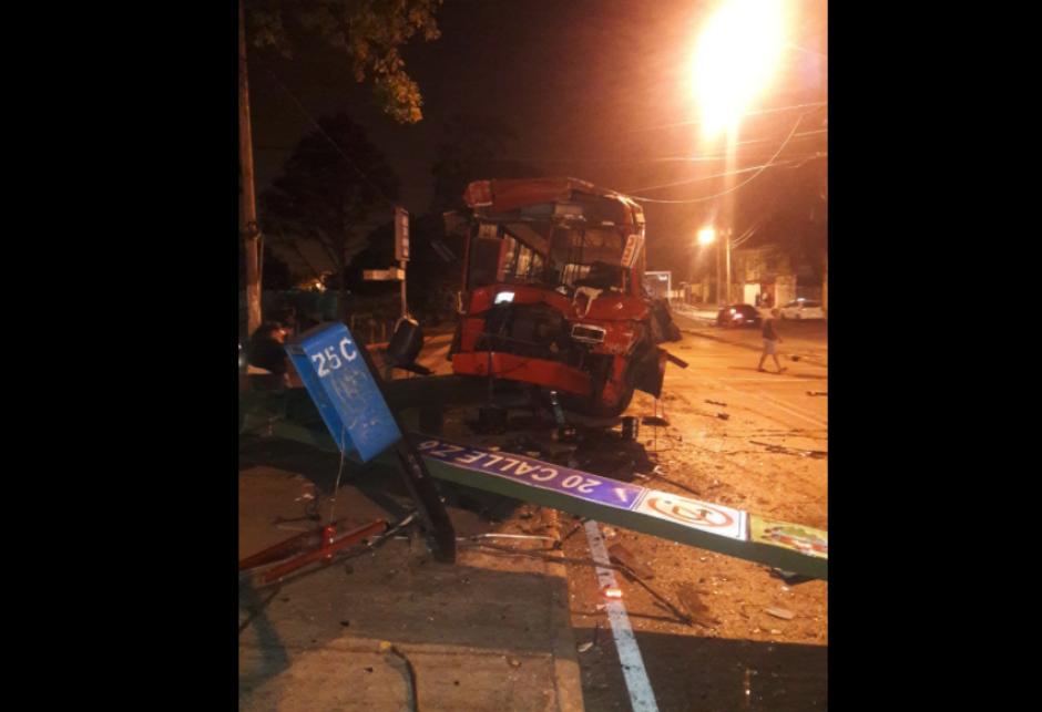 Un poste y un semáforo fueron dañados. (Foto: Amilcar Montejo/PMT)