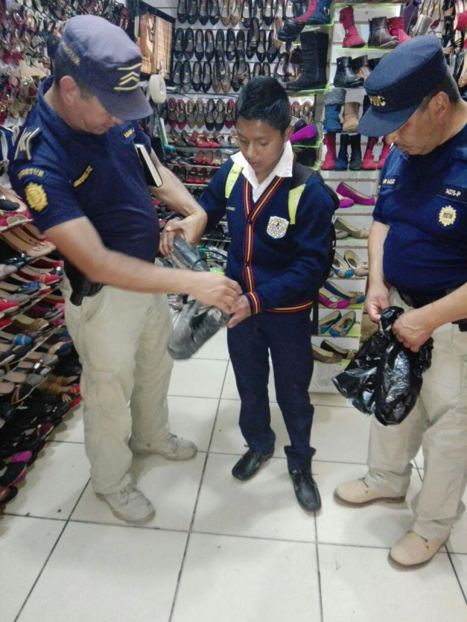 Al niño se le arruinaron sus zapatos a su regreso a casa.  (Foto: PNC)