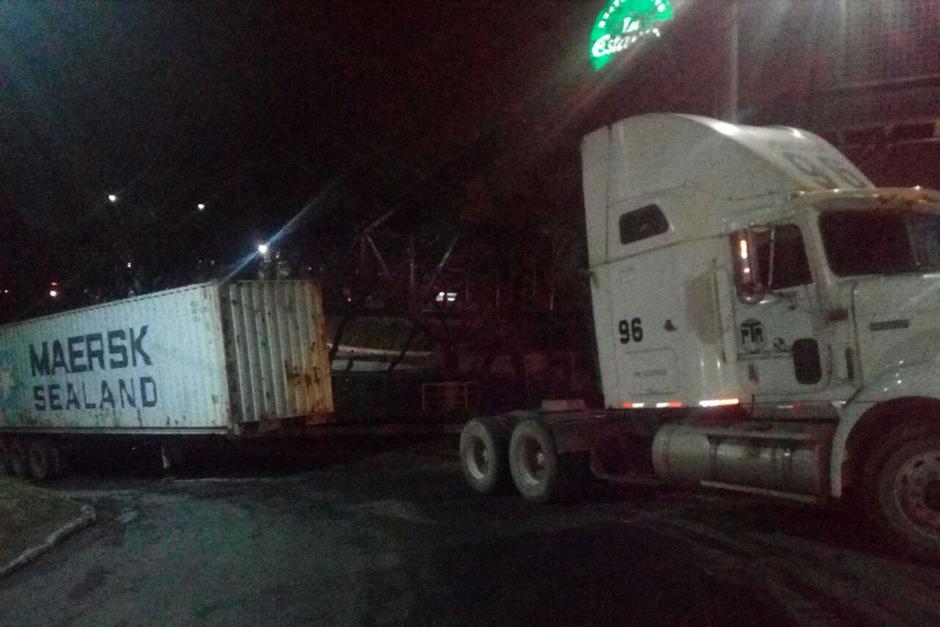 Otro tráiler se encuentra dañado sobre la cuesta de Villa Lobos. (Foto: Dalia Santos/PMT Villa Nueva)