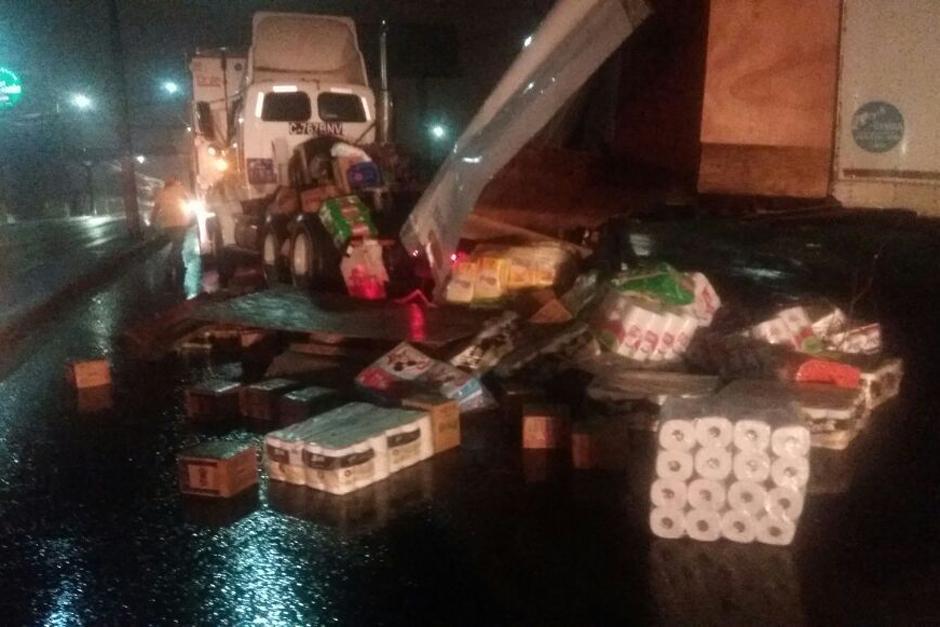 Uno de los camiones derribó la carga que transportaba cuando se intentó movilizarlo. (Foto: Dalia Santos/Soy502)