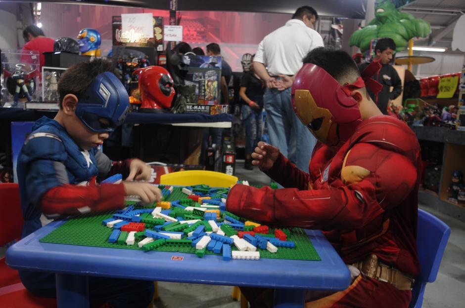 Estos niños disfrazados no dudaron en jugar legos por un momento. (Foto: Jesús Alfonso/Soy502)