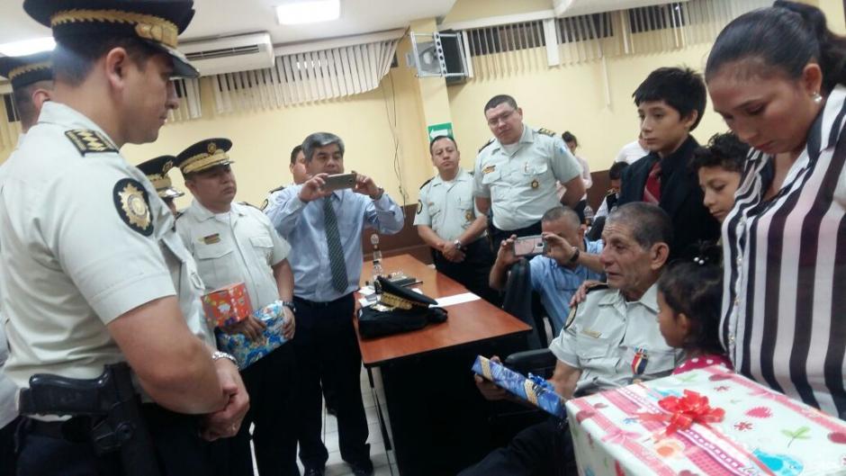 Autoridades de la Policía participaron en un acto de homenaje a García Calvillo. (Foto: PNC)