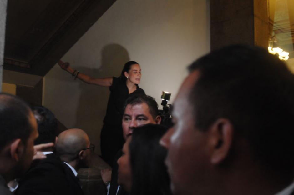 Los opositores a las reformas constitucionales gritaron para que se les permitiera el ingreso. (Foto: Jesús Alfonso/Soy502)