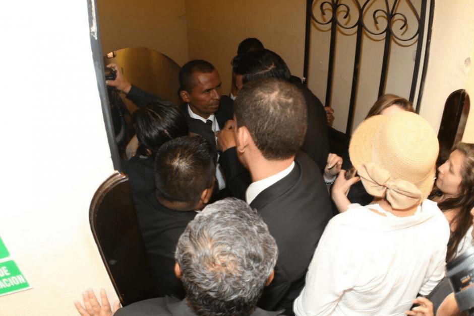El diputado le grita al empleado del Congreso. (Foto: Soy502)