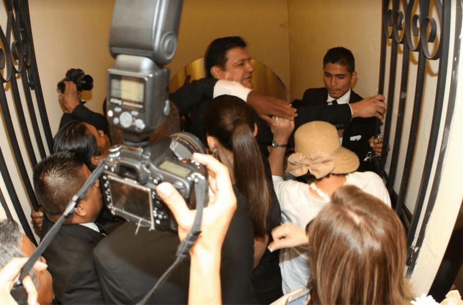 El diputado Galdamez se vio involucrado en un forcejeo. (Foto: Soy502)