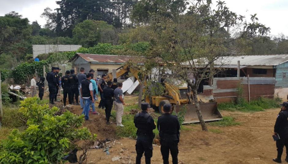Las fuerzas de seguridad son auxiliadas por antropólogos y una retroexcavadora para la búsqueda de restos humanos. (Foto: PNC)