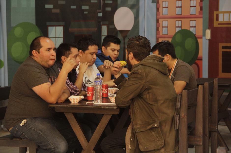 El lugar cuenta con mesas y bancas para que disfrutes de tu comida. (Foto: Fredy Hernández/Soy502)
