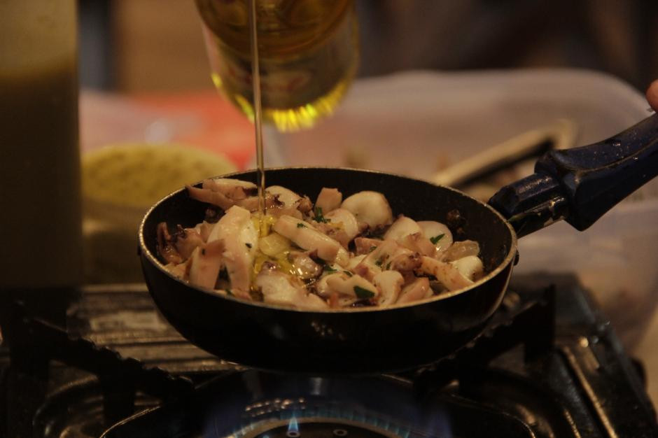 Los cocineros improvisan en sus pequeñas estufas para crear deliciosos platillos. (Foto: Fredy Hernández/Soy502)