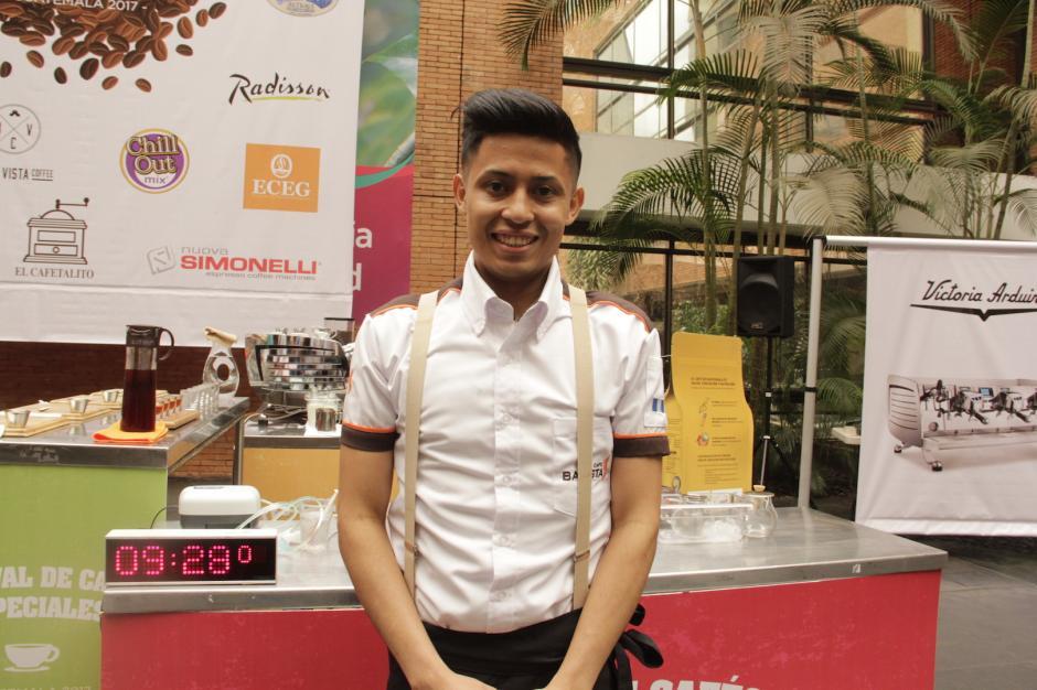 Julio, de Café Barista participó por primera vez en un evento como éste. Fue el encargado de abrir la competencia de baristas. Foto: Fredy Hernández/Soy502)