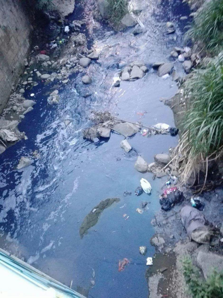 Al río Platanitos se le ve teñido nuevamente. A principios de mayo se le observó de color turquesa. (Foto: Noti San José)