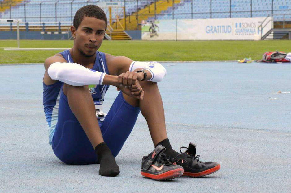 El atleta Ken Israel Franzua Norales, muestra sus tristeza al no poder superar el récord de Teodoro Palacios Flores. (Foto: Alejandro Balan/Soy502)