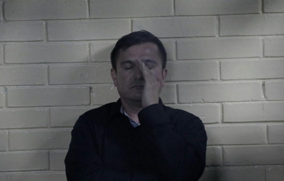 Mientras espera ser escuchado por un juez, el abogado se queja de dolor de cabeza y tener sueño. (Foto: Alejandro Balán/Soy502)