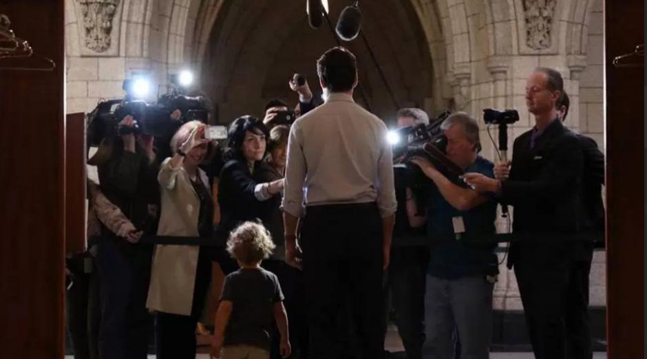El hijo de Justin Trudeau le visitó en el trabajo. (Foto: facebook/justin Trudeau)