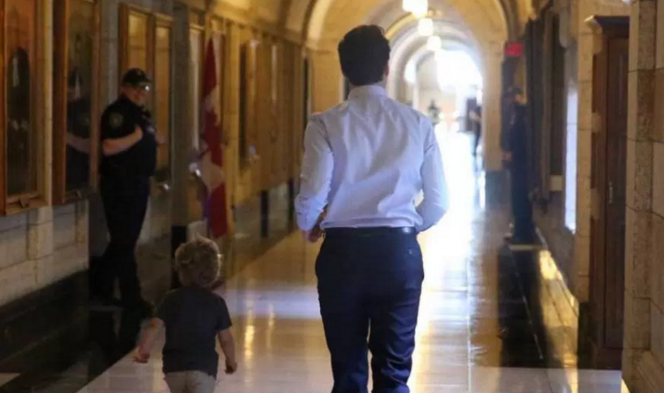 Hadrien su pequeño de 3 años recorrió los pasillos junto al primer ministro de Canadá. (Foto: facebook)