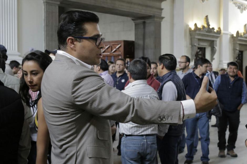 El alcalde de Mixco Neto Bran aprovechó su visita para hacer una transmisión en Facebook. (Foto: Alejandro Balán/Soy502)