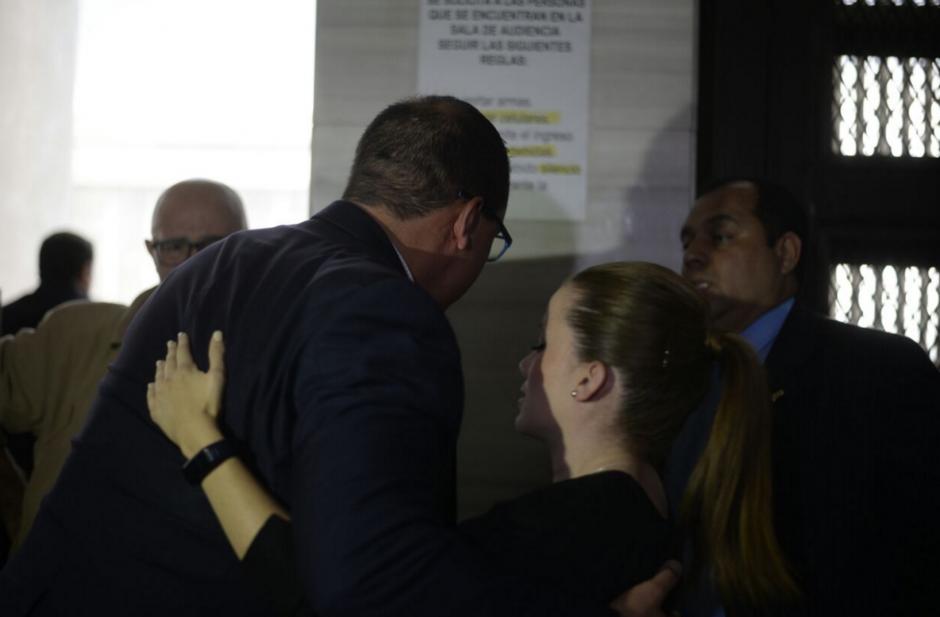 Daniela Beltranena fue una de las primeras en abrazarlo para felicitarle. (Foto: Wilder López/Soy502)