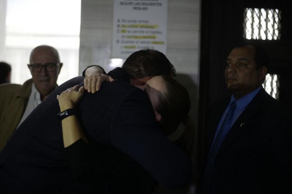 Daniela Beltranena y Pezzarossi se abrazan luego de la resolución del juez. (Foto: Wilder López/Soy502)
