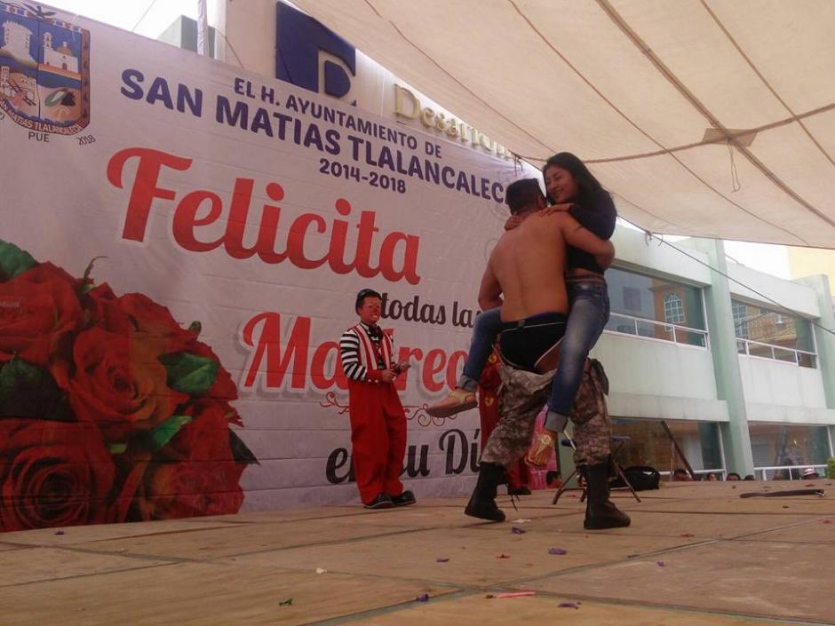 """El alcalde de San Matías Tlalancaleca en Puebla celebra a las mamás """"strippers"""". (Foto: Captura de pantalla)"""