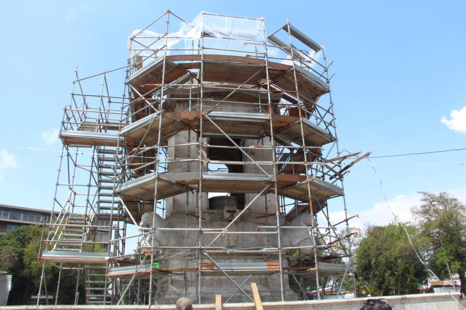 La fuente Carlos III está en el proceso de restauración. (Foto: Manuela Trillos/Soy502)