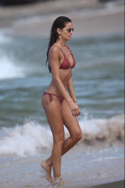 Goulart luce sus curvas en la playa de Miami. (Foto: Instagram)