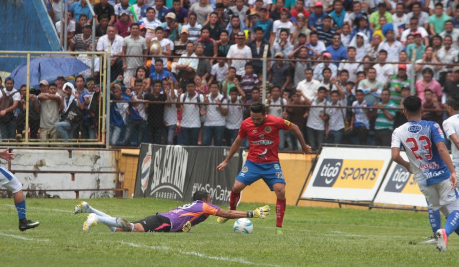 Juan José Paredes detiene una jugada de Carlos Kamiani. (Foto: Luis Barrios/Soy502)