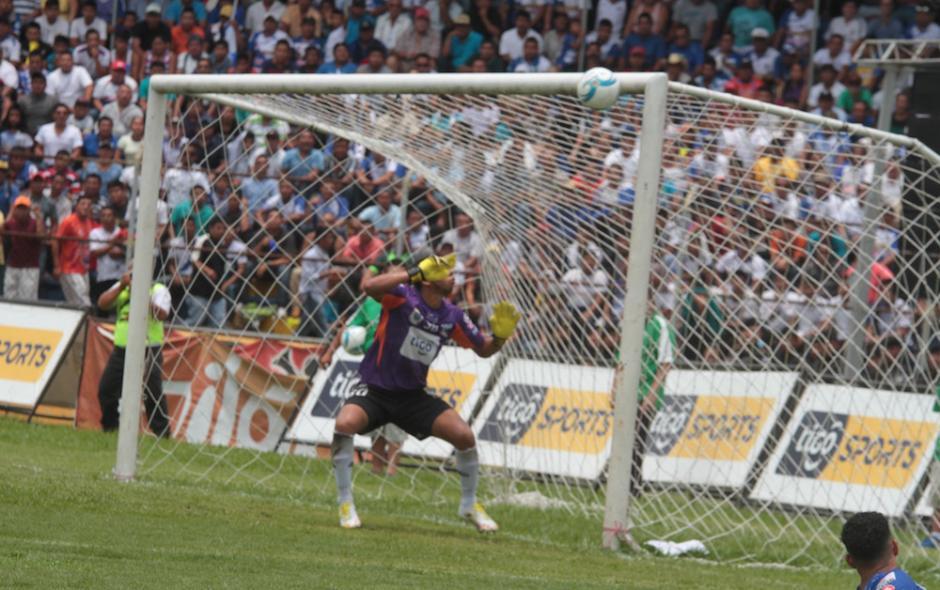 JJ Paredes no logra detener el gol de Kamiani al minuto 27. (Foto: Luis Barrios)