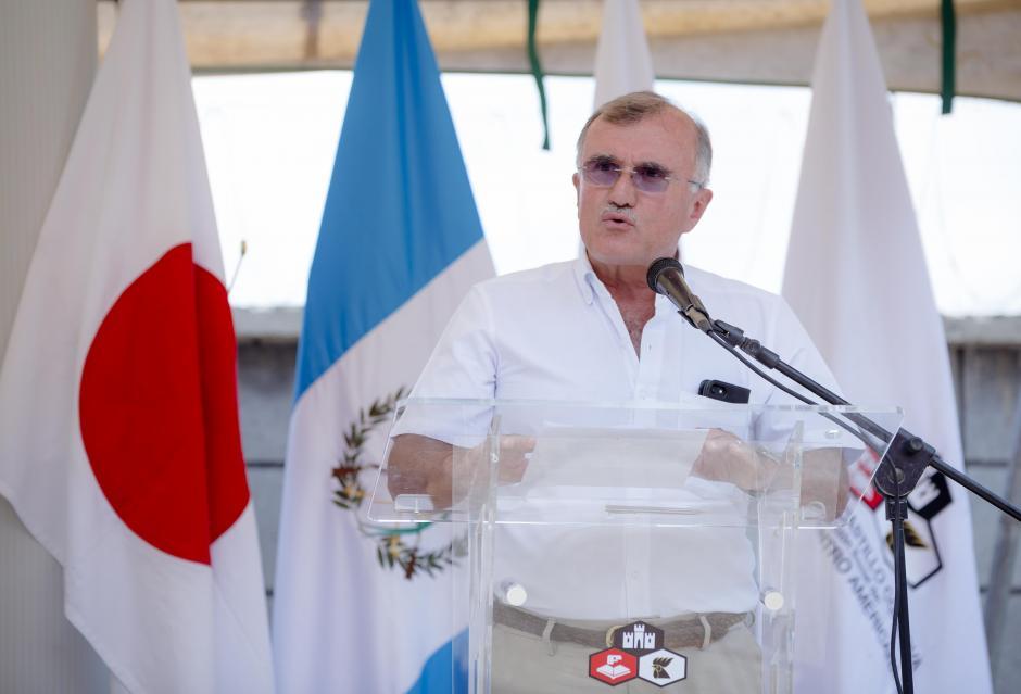 Eduardo Castillo Di Vito, director del proyecto Tzununá, dirigiéndose a los aldeanos en la inauguración de la Telesecundaria. (Foto: George Rojas/Soy502)
