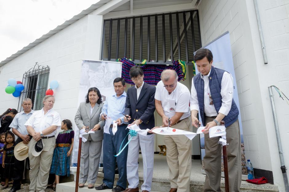 Representantes de la Fundación Castillo Córdova, Ministerio de Educación, Embajada del Japón y Municipalidad de Tzununá cortan el listón. (Foto: George Rojas/Soy502)