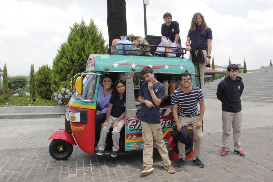 Los visitantes buscan tomarse fotografías en el curioso vehículo modificado. (Foto: Fredy Hernández/Soy502)