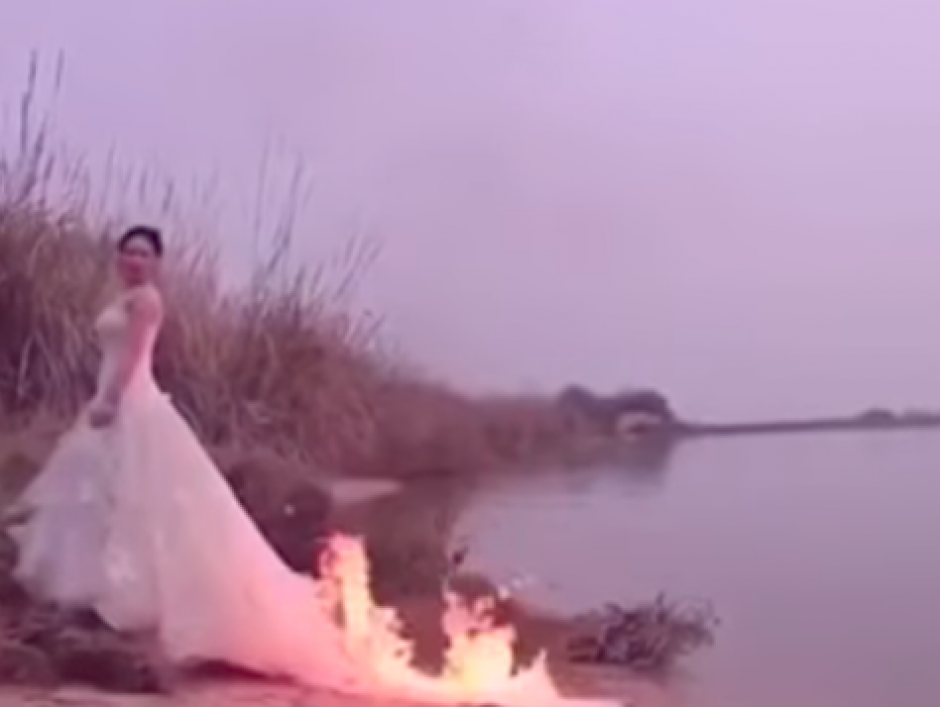 La fotografía se inspiro en el movimiento Trash The Dress. (Foto: Captura de YouTube)