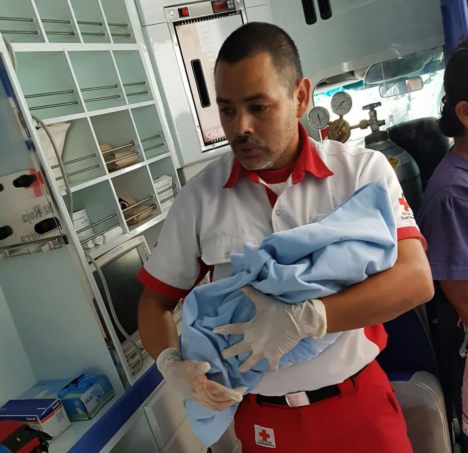 La mujer dio a luz a una niña en medio del tráfico. (Foto: Cruz Roja)