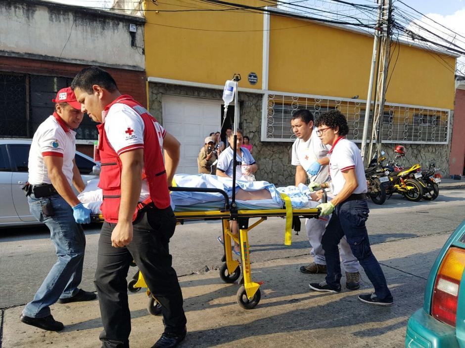 La mujer fue trasladada hacia el hospital general San Juan de Dios. (Foto: Cruz Roja)