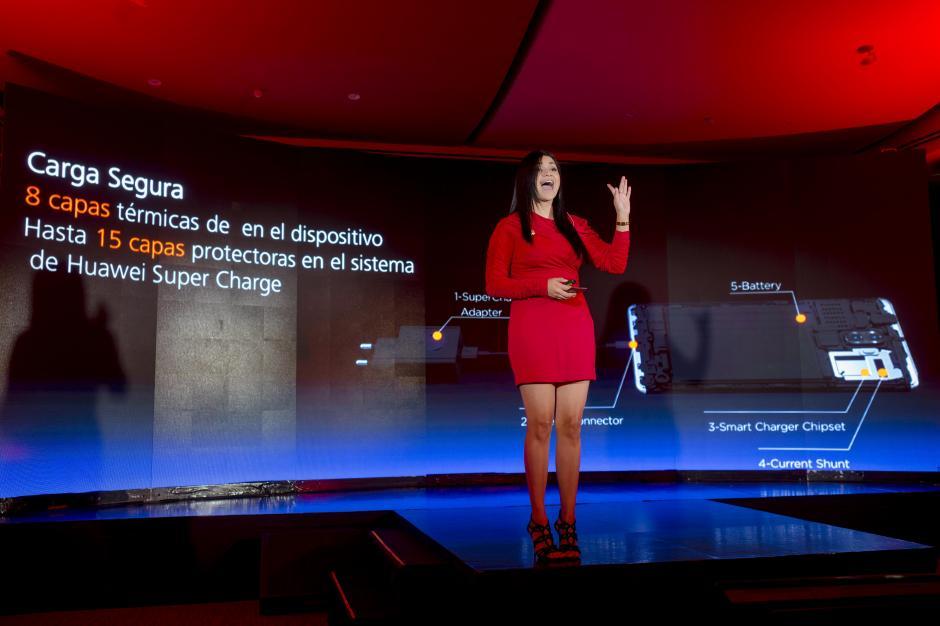 Yessica Álvarez, regional training manager de Huawei Centroamérica, destacó las innovaciones del P10. (Foto: George Rojas/Soy502)