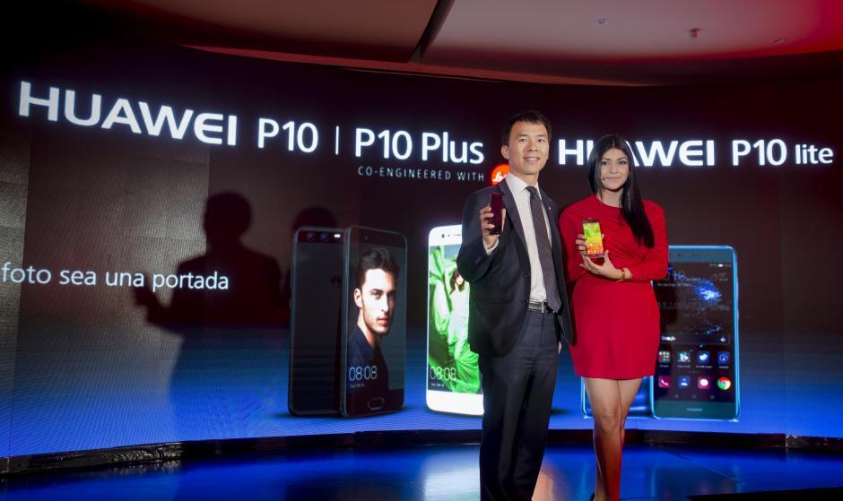 Representantes de Huawei mostraron orgullosamente su modelo insignia: el P10. (Foto: George Rojas/Soy502)