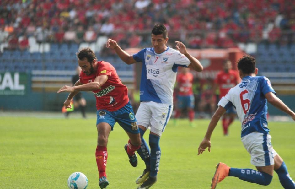 Gastón Puerari tuvo que abandonar la cancha al minuto 20. (Foto: Luis Barrios/Soy502)