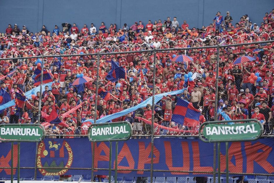 La afición roja apoyó durante todo el partido a su equipo. (Foto: Álvaro Lainfiesta/Soy502)
