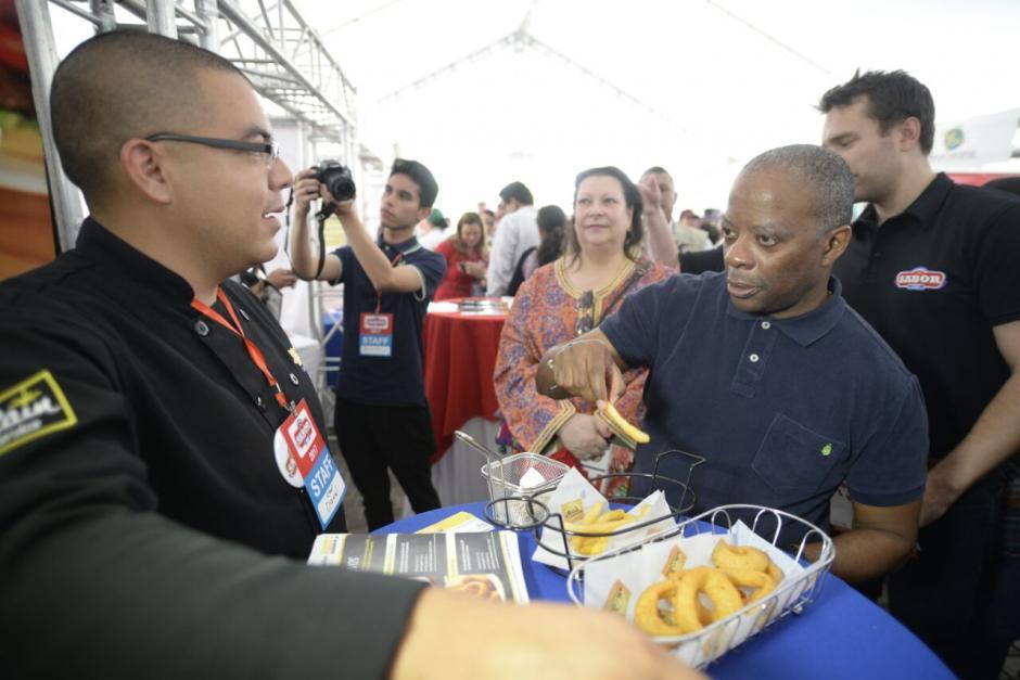 Así también, Todd Robinson probó algunos de los productos que buscan afianzarse en el mercado guatemalteco. (Foto: Wilder López/Soy502)