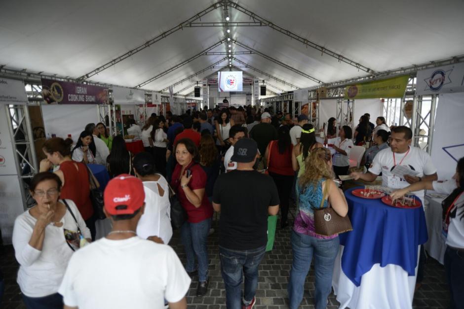 En la actividad participaron decenas de personas, quienes pudieron probar y conocer acerca de los productos estadounidenses. (Foto: Wilder López/Soy502)