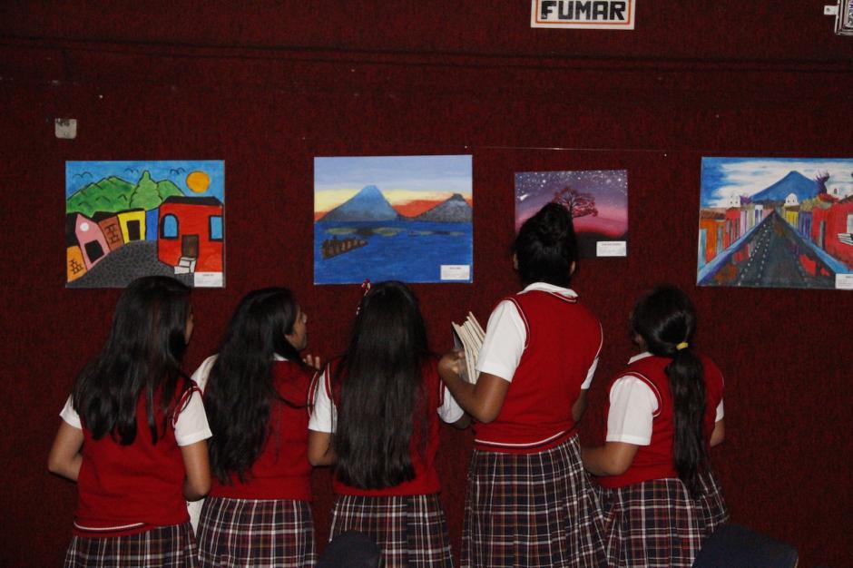 Estudiantes observan las pinturas que se exponen en el teatro de Bellas Artes. (Foto: Manuela Trillos/Soy502)