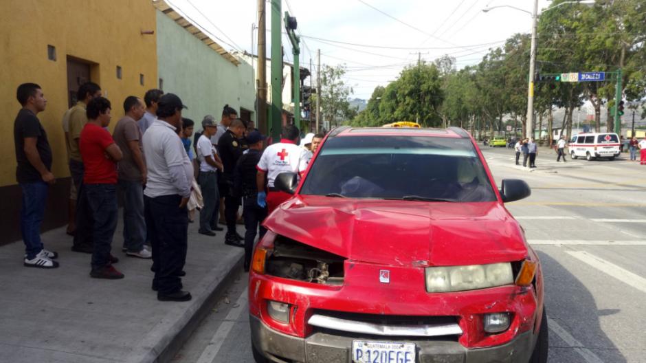 Este otro carro se vio involucrado en el accidente. (Foto: Cruz Roja)