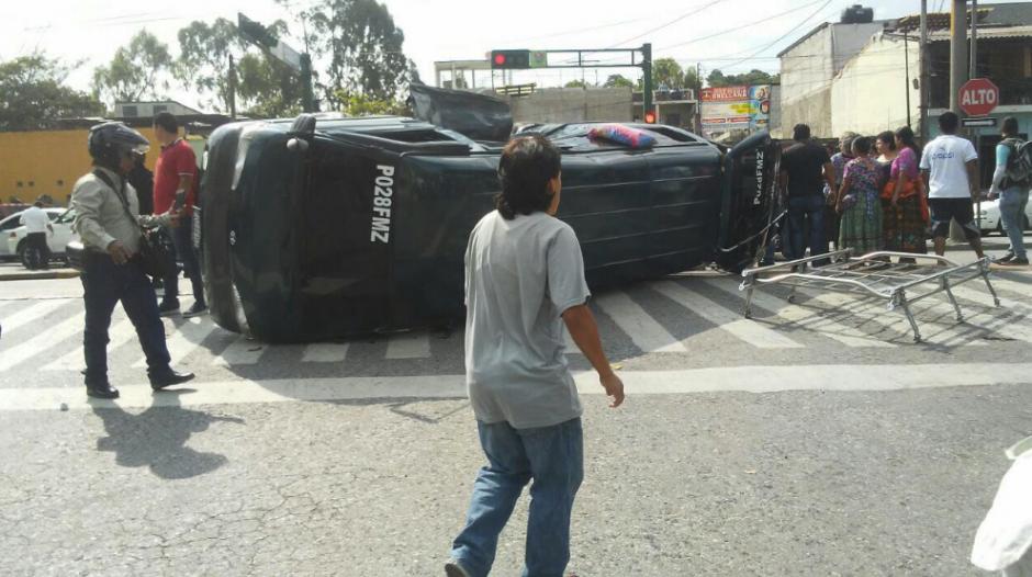 Así quedó el bus que transportaba niños. (Foto: Amilcar Montejo/Soy502)