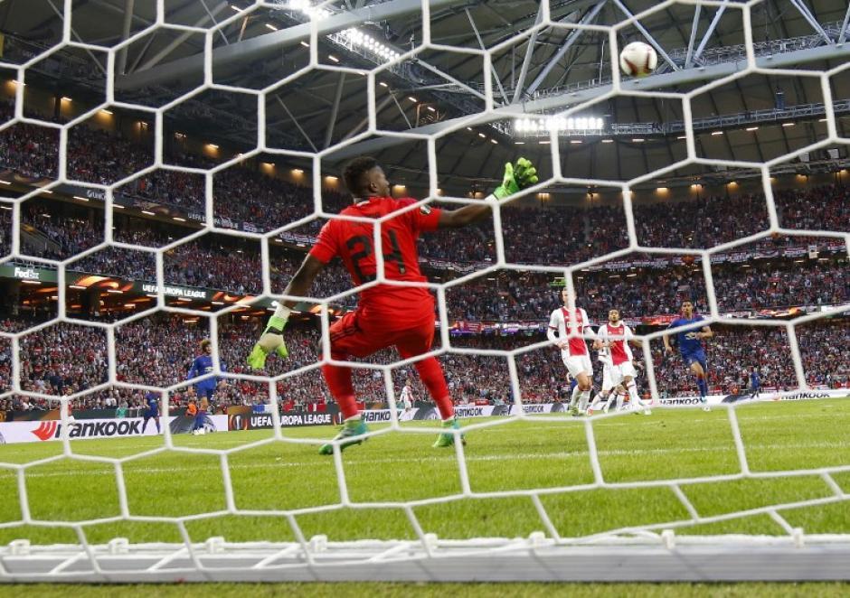 El portero del Ajax no pudo detener el balón desviado por su defensa. (Foto: AFP)