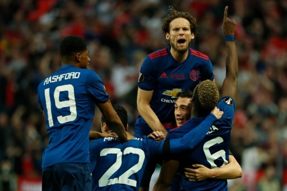 El título de la Europa League ya tiene su espacio en las vitrinas de los Diablos Rojos. (Foto: AFP)