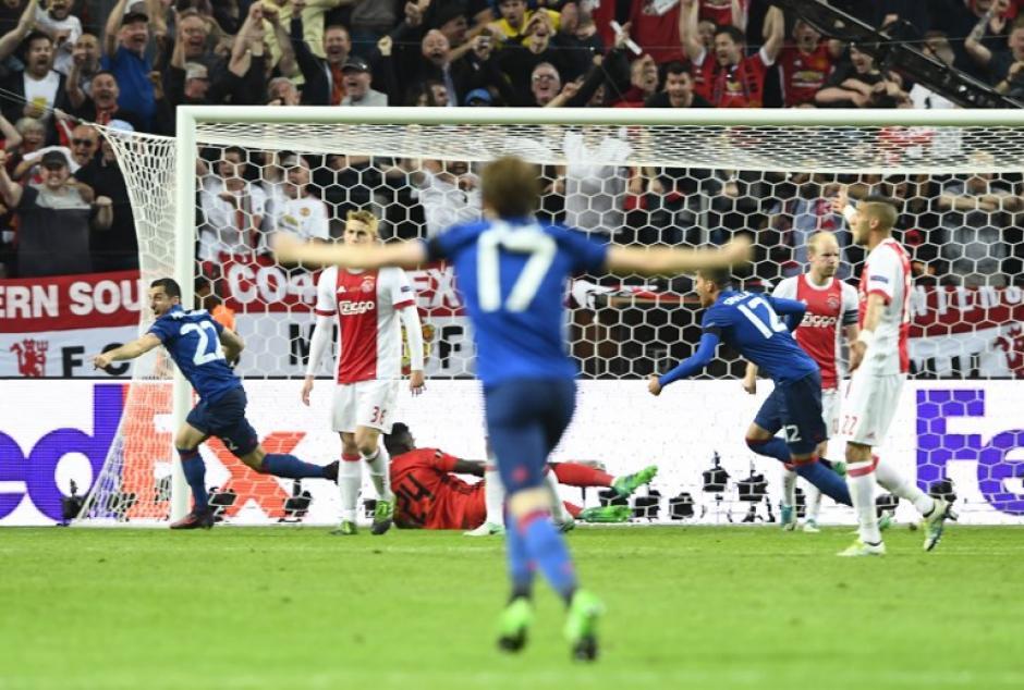 Los jugadores del Manchester United celebran con emoción. (Foto: AFP)