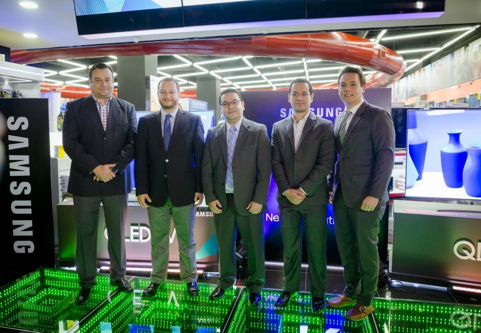 Directivos de Samsung Electronics Guatemala y Tiendas Max presentan la nueva QLED TV. (Foto: George Rojas/Soy502)