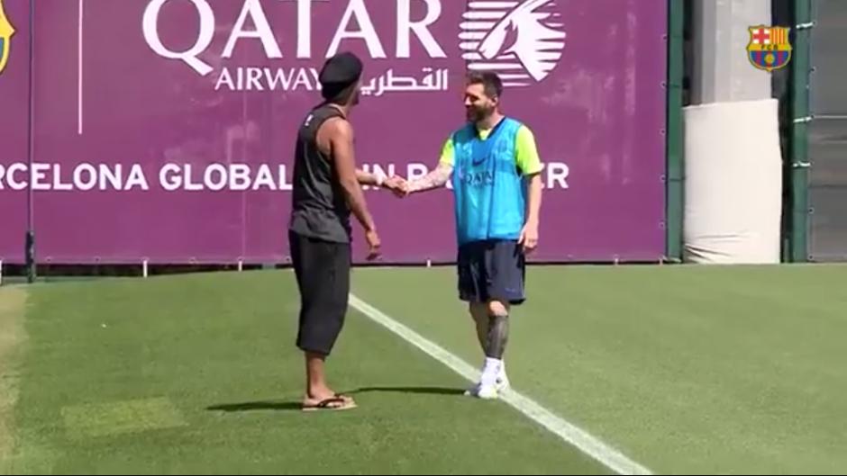 Ronaldinho y Messi se abrazaron al reencontrarse en Barcelona. (Foto: captura YouTube)